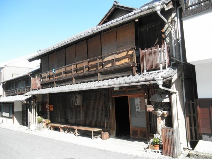 歴史ある幕末建造の旅館です。人気の観光スポット、香嵐渓まで徒歩で行けるため、観光の拠点としても利用しやすい宿です。江戸時代に塩を運ぶ途中に立ち寄る旅籠として使われていた歴史的建造物です。