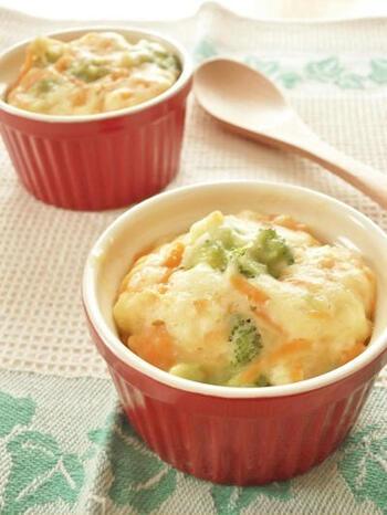 ココット皿は、手軽に蒸し物にも使えて便利です。こちらは、野菜たっぷりのスプーンで食べられるおかず蒸しパン。もちっとした食感で満足感があります。