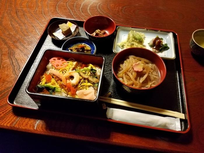 江戸末期から続く歴史ある旅館では、季節に合わせた旬の食材を使った美味しいお料理も食べられます。足助の人気イベント「中馬のおひなさん」では桃の節句らしくちらし寿司が振舞われます。