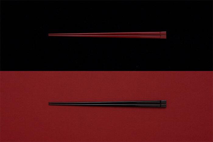 日本古来の箸の素材が竹だったことから、しなやかで強度のある竹にこだわり、湿気を帯びやすいという欠点を克服するために漆で仕上げた『THE 箸』。熊本県北部にある南関町の竹箸専門メーカー、ヤマチクが削り出した箸を、越前漆器の老舗・漆琳堂が1本1本、刷毛を使って塗っています。