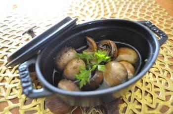 アヒージョは、オリーブオイルの使用量が多いので、ミニココット鍋で少なめに作るのがポイント。おしゃれなバルスタイルのおつまみ・前菜になります。