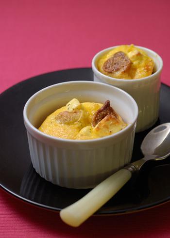 キッシュも、ココット皿で作りたい料理のひとつ。具材を入れて卵液を流し入れ、オーブンで焼くだけです。ミニココット皿の上質な一品は、テーブルでもおしゃれな存在感を放ちます。