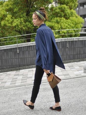 昔の映画でよく見かけるような、レトロな雰囲気の革バッグ。大きめシャツ&スキニーのシンプルコーデに合われば、バッグの存在感が際立ちます。