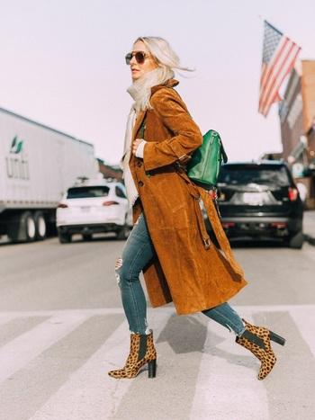 スエードのロングコートがカッコいい大人の雰囲気ながらも、グリーンのバックパックやヒョウ柄のブーツで、少しだけキッチュな印象に。