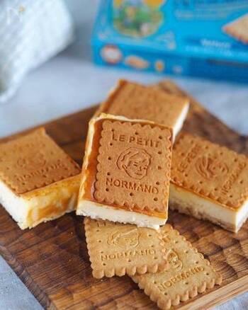 普通のチーズケーキでも、クッキーやビスケットに挟むだけで可愛いワンハンドおやつに!おもてなしやラッピングしてギフトにしても喜ばれそう♪