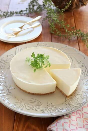粉ゼラチンで固める、基本のレアチーズケーキレシピ。型がなければココットやホーロー容器などで作れます。特別な道具やオーブンいらずで作れて、普段お菓子作りをしない人にもおすすめです。