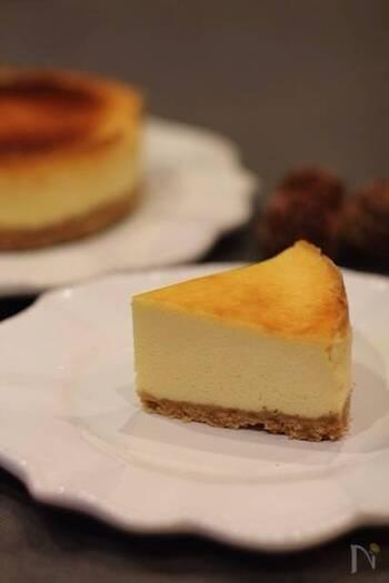 続いてはずっしりタイプのレシピです。クリームチーズをたっぷりと使い、コクのある味わいに仕上がります。サワークリームを使っているので、甘さ控えめでさっぱり系の味になりますよ。