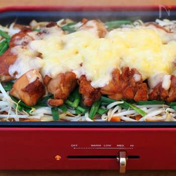 がっつり系おつまみなら、チーズタッカルビをホットプレートで作っても。これなら大人数でも食べやすく、保温もできるので熱々をいただけます。
