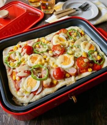 ホットプレートで焼き上げるピザは、子どもたちにトッピングしてもらえばより楽しめますよ。手作り生地で手頃に作れておすすめです。
