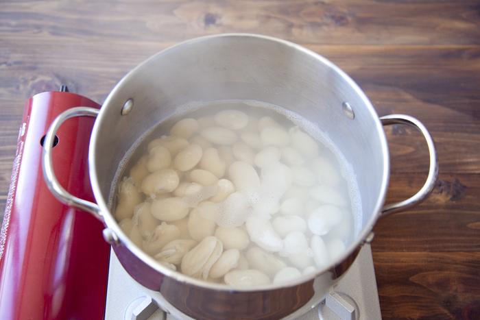 戻した豆は一旦水を切り、たっぷりのお水に入れて中火で30分から1時間ほど茹でます。アクが出てきたら取り除くのがポイント。好みのやわらかさになれば完成です。