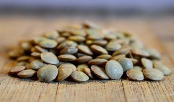 「レンズ豆」とはその名の通り、平たいレンズのような形をした豆のこと。水分を吸収しやすいため、他の豆のように水で戻す必要がなく、すぐに火にかけられます。