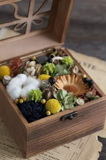 ドライフラワーを、かわいい木箱に詰めてフラワーボックスに。保管しやすく、プレゼントにも贈りやすいサイズです。