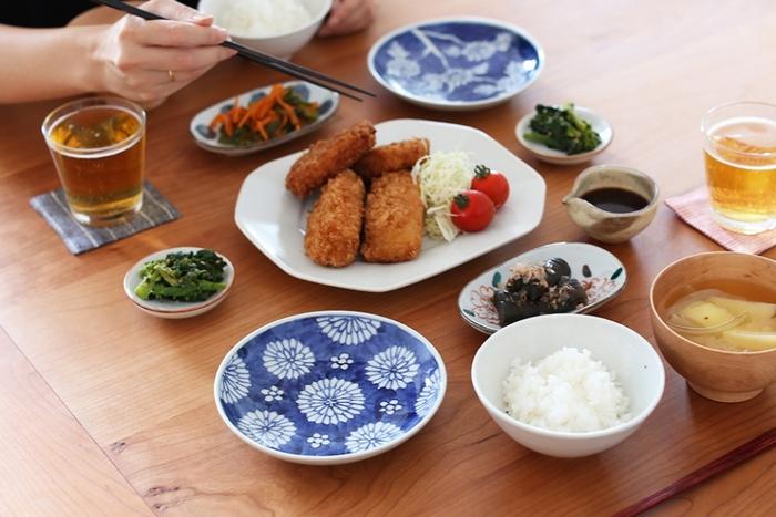 直径15㎝の5寸皿はメイン料理の取り皿としても、サラダやデザートを盛る器にもちょうどいい大きさです。白と青の2色で仕上げたシンプルなデザインは、和・洋どちらの食器にも合わせやすく様々なシーンに活躍してくれます。菊の花を散りばめた上品な九谷焼の器で、いつもの食卓をおしゃれな雰囲気に演出してみませんか?