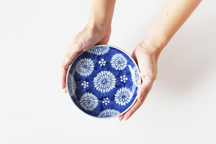 器全体に菊の花を散りばめた上品なデザインが魅力的な「染付菊花散らし」。こちらの器は石川県を拠点に活動されている陶芸作家、樋山 真弓(ひやま まゆみ)さんの作品です。白と青のコントラストが美しく、色とりどりの華やかな九谷焼とはまた一味違った、シンプルで落ち着いたデザインが魅力的です。