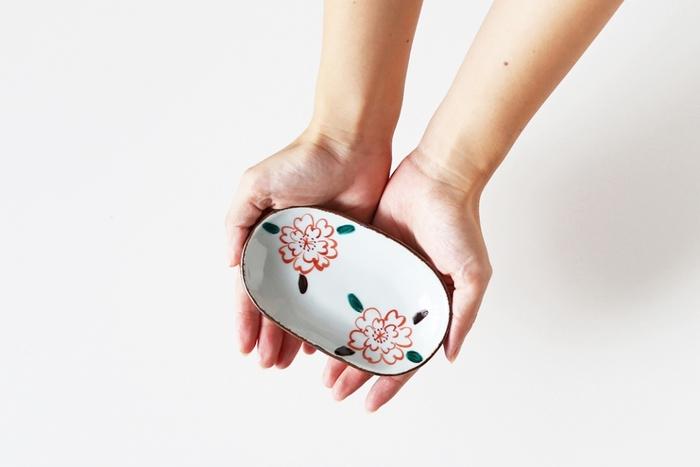 「色桜絵」と名付けられたこちらの作品は、桜の花を主役にした華やかなデザインが印象的です。優しい筆跡や色の重なりなど、手仕事ならではの温もりを感じる素朴な風合いも魅力的です。可愛い花の絵付けをほどこした素敵な器があるだけで、いつもの食卓がより明るく、楽しい雰囲気になりそうです。