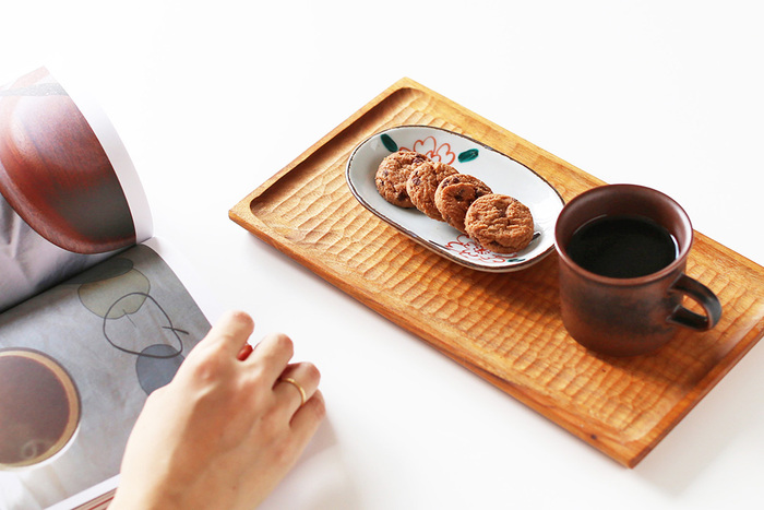 幅約14㎝の楕円形の器は、和え物や酢の物など副菜を盛る器としても、メイン料理の取り皿にもちょうどいい大きさです。食事以外にもデザートや果物の器にも◎。ティータイムにはこんな風にクッキーを並べて、菓子皿として使うのも素敵ですよ。