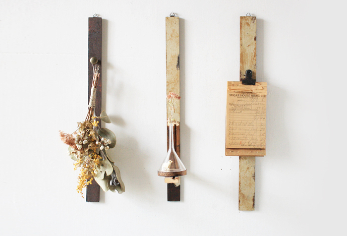 ドライフラワーやプリザーブドフラワーを贈るなら、セットで飾れるこんなアイテムも一緒にいかがでしょう。ペイントした木板に好みの形のフックを取り付けただけですが、ギャラリーのようにおしゃれに見せてくれます。