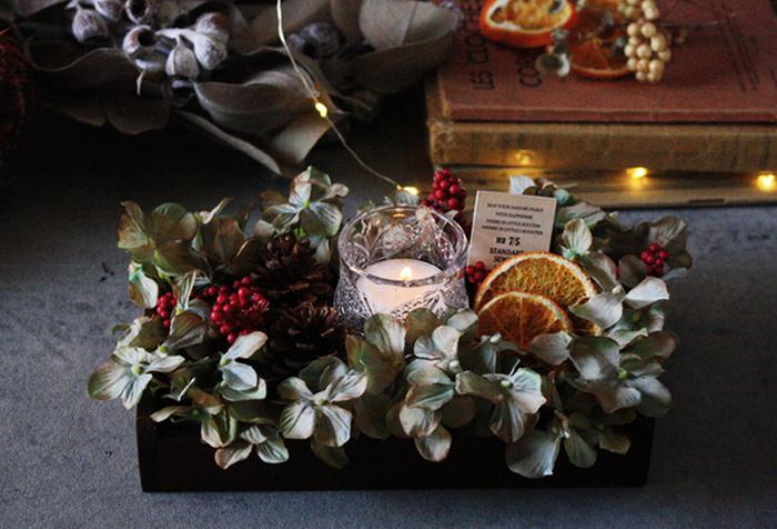 クリスマスシーズンにぴったりの、ボタニカルキャンドルボックス。ドライフラワーに囲まれたキャンドルの光が、とっても神秘的な雰囲気です。こちらも材料はすべて100均でできているのだそう!造花なら、ずっと飾って楽しめますね。