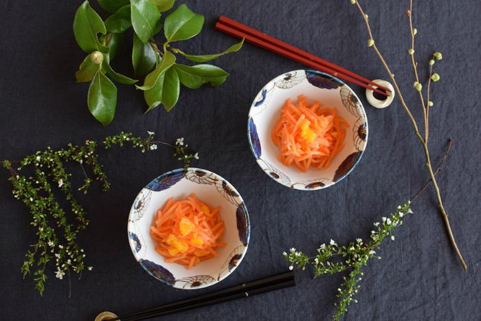 こちらは副菜の盛り付け鉢にも、ご飯茶碗にもちょうどいい4.5寸鉢です。大きく開いた花の絵付けが可愛らしく、食卓に一つあるだけで華やかな雰囲気になります。同じ「花尽くし」シリーズの器で揃えると、より統一感のあるおしゃれなコーディネートを楽しめますよ。