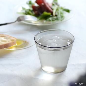 ガラス作家 鷲塚貴紀さんのグラスは、シンプルで洗練された大人な佇まい。控えめなスモークカラーも上品で、テーブルをぐっと引き締めてくれますよ。