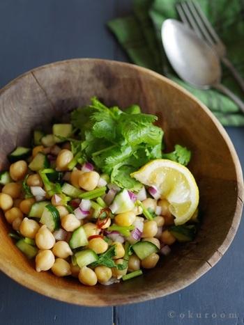 ひよこ豆はエスニック料理の定番食材なので、ナンプラーやパクチーとの相性もバッチリ。きゅうりや紫玉ねぎと和えて、食感&鮮やかさをプラスしましょう。ビールのお供にもおすすめです。