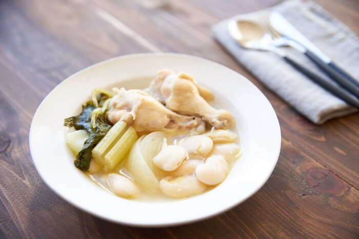 鶏手羽元や香味野菜と一緒に煮込んだスープは、塩コショウだけのシンプルな味付けでも深みが出ます。透明なスープに白いんげん豆の美しさが際立ちますね。