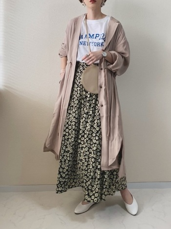 秋にぴったりの花柄スカートには、ベージュのシャツワンピースで優しさと季節感を取り入れましょう。インナーと靴を白でまとめれば、抜け感とまとまり感の両方を演出できますよ♪