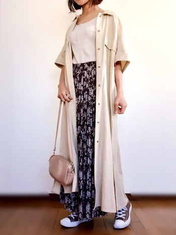 こっくりカラーのスカートは、残暑の残る秋にぴったり。熱い場面でも暑苦しくならず、かといって夏過ぎない絶妙なカラーコーデに。