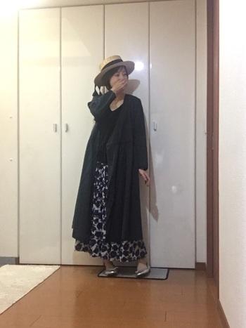 落ち着きカラーでまとめたコーデ。シャツワンピース×花柄スカートのレイヤードで、重なるロング丈を楽しみましょう♪秋口は、カンカン帽で軽やかさをプラス。