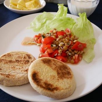 刻んだミニトマトと和えたサラダは彩りもきれい。白ワインビネガーやオリーブオイルを使って、フレンチ風の味付けにしてみましょう。パンの付け合わせにぴったりですね。