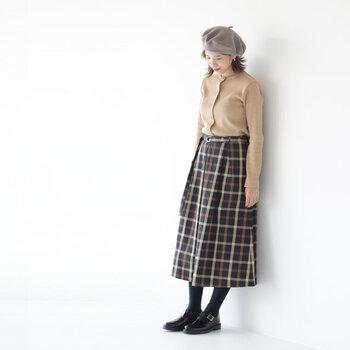 ネイビーをベースに、くすみのあるラインが上品なトーンオントーン柄スカート。ダークトーンなチェック柄でも、やわらかなカラーのトップスと合わせれば一気に主役顔に。コロンとしたベレー帽と合わせた、レトロチックな雰囲気が可愛らしいですね。