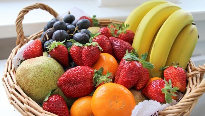 サングリアには、オレンジやレモンなどの柑橘系、桃やパイナップル・バナナなどの甘みがあるもの、そのほかりんごやいちごなどもよく合います。白ワインのサングリアには、柑橘系やキウイなどがよく合うようです。