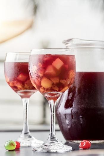 "sangría(サングリア)の語源は、スペインで血を意味する""sangre""。赤ワインの色を形容した、情熱的なスペインらしいネーミングです。"