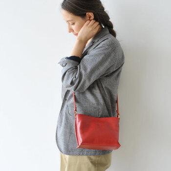 華奢なシルエットの上品なミニバッグ。ジップがついて中が見えず、中には更にジップポケットがついており、使い勝手がいいのも人気の秘密。