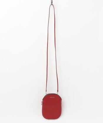 カラフルさが際立ってかわいいミニバッグ。携帯電話、ミニ財布がすっぽり入るコンパクトサイズ。