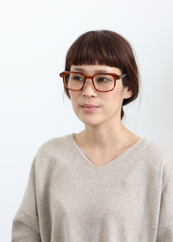 輪郭よりも小さめレンズの伊達眼鏡は、フェイスラインを強調してしまいます。存在感のある大きめレンズのものを選ぶことで顔をきゅっと小さく見せる効果が!