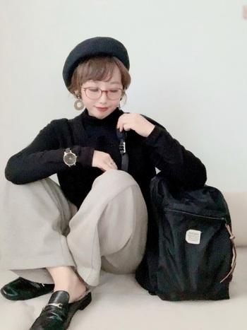 台形の優しいラインが特徴の「ウェリントンタイプ」の伊達眼鏡はクラシカルな雰囲気に。ベレー帽との相性もよく、これからの季節のアクセントにもぴったりです。