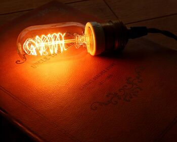 エジソン球とも呼ばれるエジソンバルブは、初めて世に生み出された電球の復刻版。  まるでキャンドルを灯したかのような、柔らかく温かみのある光はとても美しく、ランプガードなしでも存在感のある電球です。