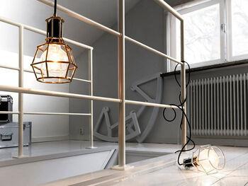 こちらはインダストリアルでクールな表情を楽しめる、ワークランプ。  好みの電球をカゴのような型のランプガードに取り付ければ、吊るす以外にも、直置きしたり、壁に取り付けたりと、多彩な飾り方が楽しめるようになります。