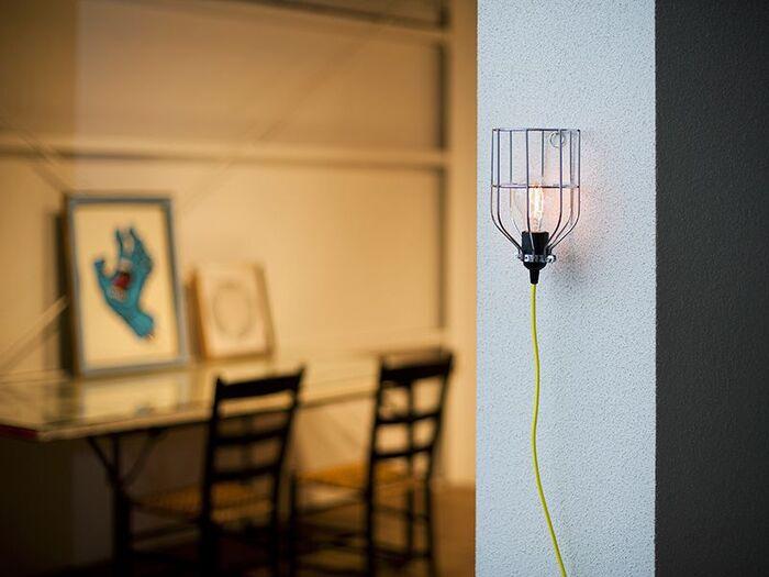 このようなカゴタイプのランプガードならでは、壁面に直接ピン留めして設置する方法も素敵です。 吊るすだけじゃなく、様々な飾り方を楽しんでみたいですね。