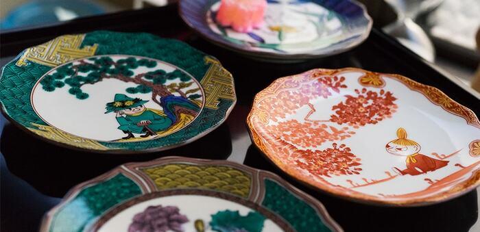 「JAPAN KUTANI-GOSAI-」のデザインは全部で5種類あり、どの絵皿も九谷焼ならではの美しい伝統柄と鮮やかな色彩に加えて、キャラクターたちの愛らしい表情も印象的です。直径約13㎝の小皿はメイン料理の取り皿にも使いやすい大きさで、普段の食卓はもちろんのこと、お正月やお祝いの席などおもてなしシーンにも活躍してくれます。テーブルコーディネートに一つ取り入れるだけで、食卓がぱっと明るく華やかな雰囲気になりますよ◎。