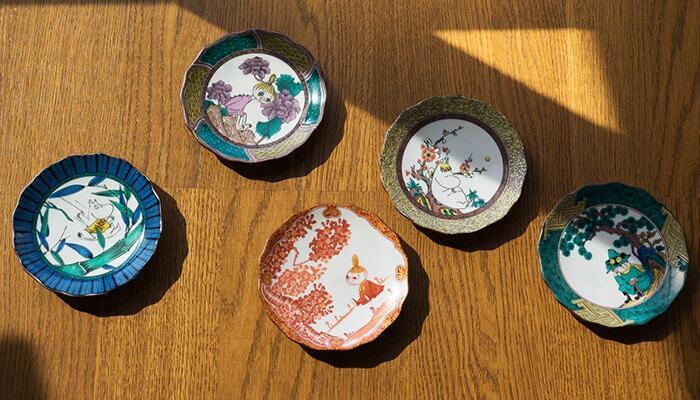 北欧の人気キャラクター「MOOMIN」と、日本の人気ブランド「amabro(アマブロ)」のコラボレーションによって誕生した「JAPAN KUTANI-GOSAI-」。九谷焼の伝統柄とムーミンの世界を融合した、モダンでユニークなデザインが魅力的です。