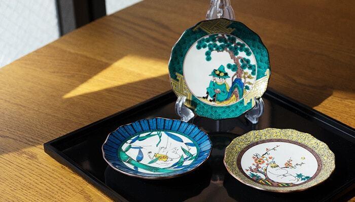 赤・黄・緑・青・紫の五彩でムーミンの世界を表現した華やかな絵皿は、飾り皿としての存在感も十分にあり、インテリアのアクセントにもおすすめです。コレクターズアイテムとしても注目されている5枚セットは、ムーミン屋敷をかたどった可愛いギフトボックス入りでプレゼントにもぴったり。結婚祝いや出産祝い、新築祝いのギフトにも人気のアイテムです。
