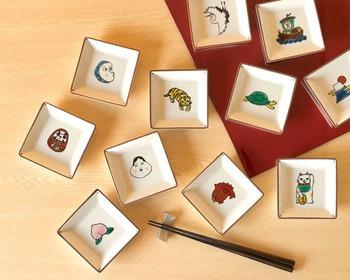 こちらは「おかめ」や「ひょっとこ」、「鯛」や「だるま」など、昔から親しまれてきた縁起物をモダンにアレンジした「寿-KOTOHOGI-」シリーズ。転写シールで縁取りしたオリジナルイラストに、手作業で彩色をほどこした可愛い豆皿です。