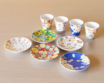 次にご紹介するのは、石川県・能美市にある老舗の窯元、「青郊窯(せいこうがま)」の素敵な器です。こちらは伝統的な文様を取り入れた華やかで優美な「吉祥」シリーズです。可愛らしい豆皿とおちょこは、どちらも手のひらに収まる小ぶりのサイズ。それぞれ単品使いも素敵ですが、同じ柄で揃えてセット使いするのもおすすめです。