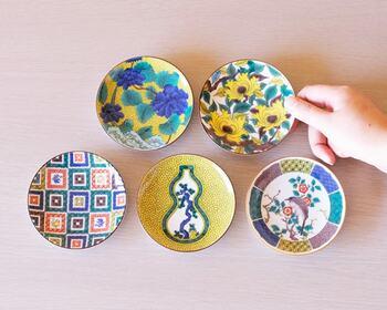 食卓を華やかな雰囲気に演出する「古九谷 名品コレクション」は、壁や棚を彩る飾り皿としてもおすすめです。先ほどご紹介した「吉祥」シリーズと組み合わせて飾ると、いっそう豪華な雰囲気を演出できますよ。