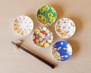 直径約10㎝の可愛い豆皿は、醤油・タレ・薬味入れのお皿としても、お菓子やおつまみのお皿にもちょうどいい大きさです。小ぶりのサイズながらも、飾り皿としての存在感も十分にあるので、インテリアのアクセントに取り入れるのもおすすめですよ。