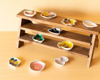 手のひら縁起シリーズの豆皿は深さのあるデザインなので、醤油・ソース・ジャムなどの器に便利。食器としてはもちろんのこと、こんなふうにインテリアとして飾っても素敵ですよ◎。一点一点職人さんの手作業で作られる豆皿は、どのモチーフも遊び心溢れるおしゃれなデザインが魅力的。思わずシリーズで揃えたくなる可愛さです。