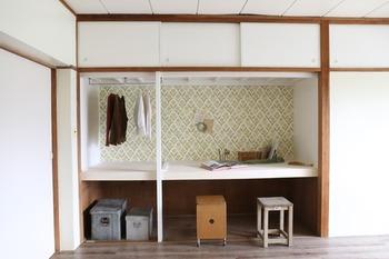壁紙を貼って、天板には白いベニヤを貼っています。天井や側面にはペンキを塗っていますが、賃貸ならこちらも剥がせる壁紙やマスキングテープで対応するとよいでしょう。