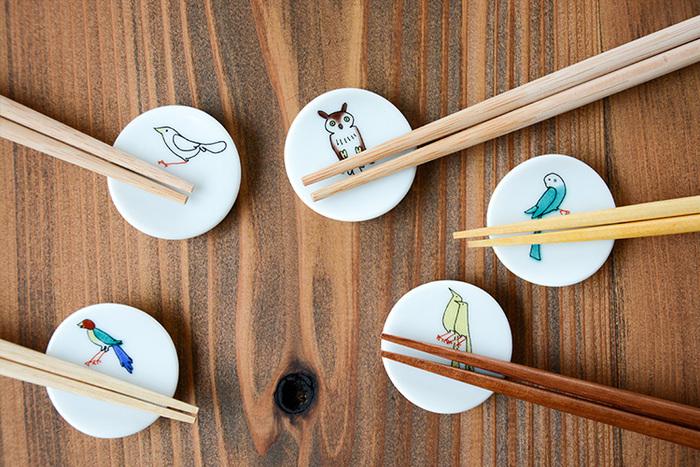 こちらはキュートな小鳥をモチーフにした素敵な箸置きです。箸をのせると、まるで枝の上に鳥がとまっているかのよう。遊び心溢れるユニークなデザインで、毎日の食卓をおしゃれな雰囲気に演出してくれます。